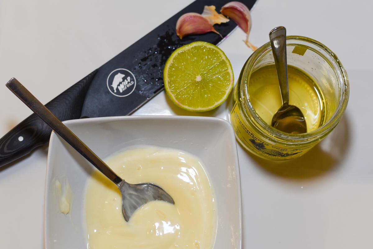 Für die Remoulade Mayonnaise, Limettensaft, Honig und Knoblauch mischen.  (Quelle: Kapuhs/DJV )