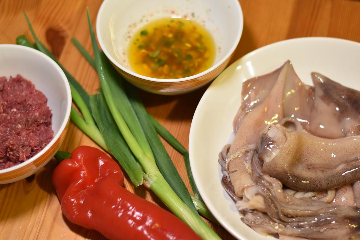 Die Grundzutaten für die gefüllten Calamari: Wildhackfleisch, Lauchzwiebeln, Paprika und Calamari sowie die Marinade (Quelle: Kapuhs/DJV)