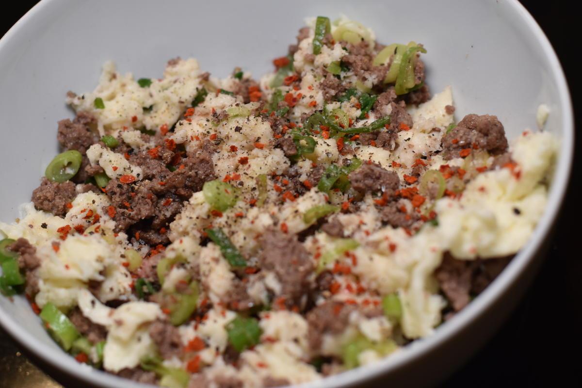 Wildhackfleisch mit Mozzarella mischen, erneut abschmecken und würzen (Quelle: Kapuhs/DJV)
