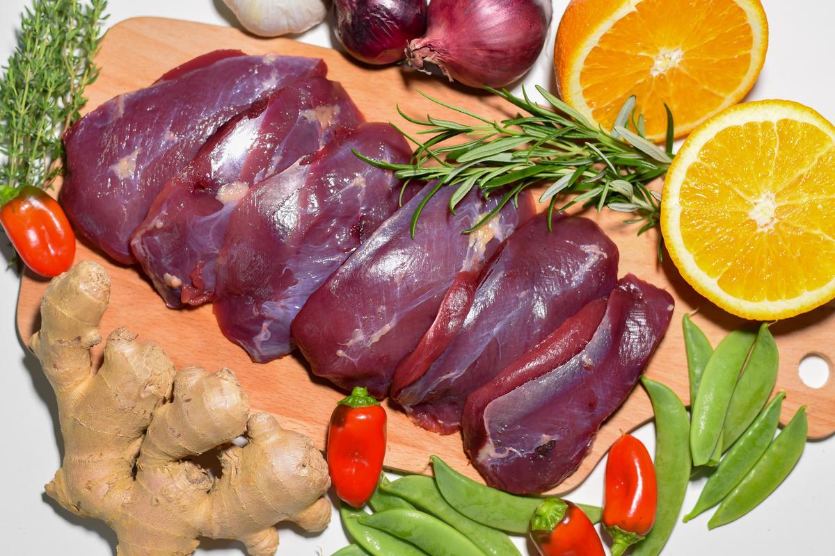 Die Hauptzutaten für die gegrillte Stockentenbrust: sechs Entenbrüste, Orange, Ingwer, Zuckerschoten und Paprika.  (Quelle: Kapuhs/DJV)