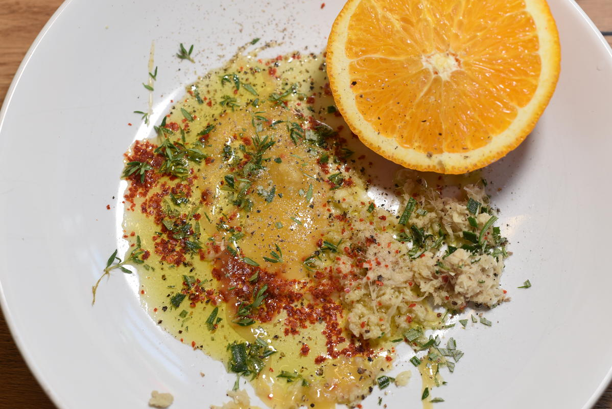 Für die Marinade Orange, Honig, Öl, Chili, Ingwer, Thymian, Rosmarin, Salz und Pfeffer mischen.  (Quelle: Kapuhs/DJV)