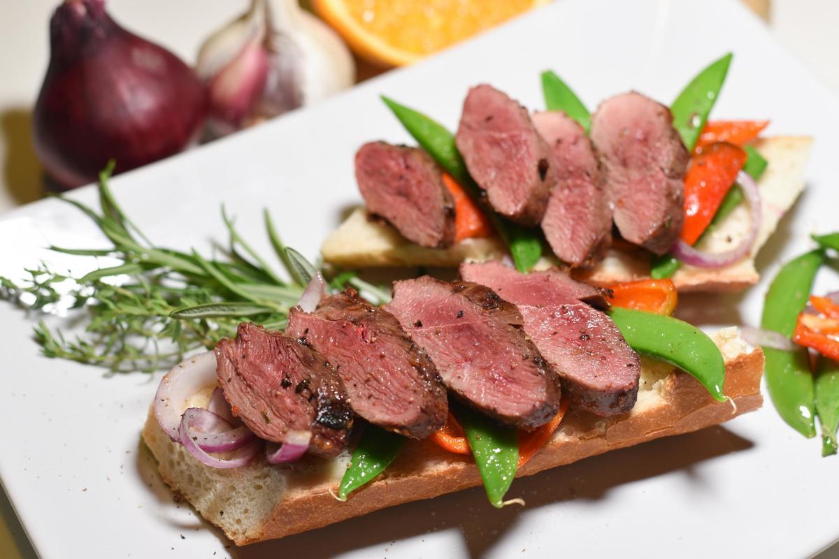 Die Stockentenbrust aufschneiden und mit dem Gemüse auf das Baguette geben.  (Quelle: Kapuhs/DJV)