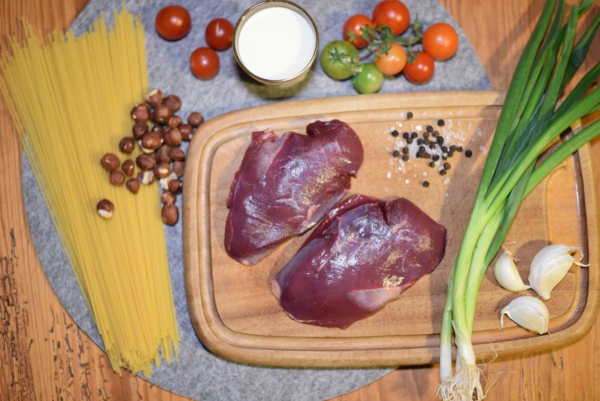Die Zutaten für die Wildentenpasta: Stockentenbrust, Spaghetti, Sahne, Zwiebeln, Tomaten, Lauch, Haselnüsse, Knoblauch  (Quelle: Kapuhs/DJV)