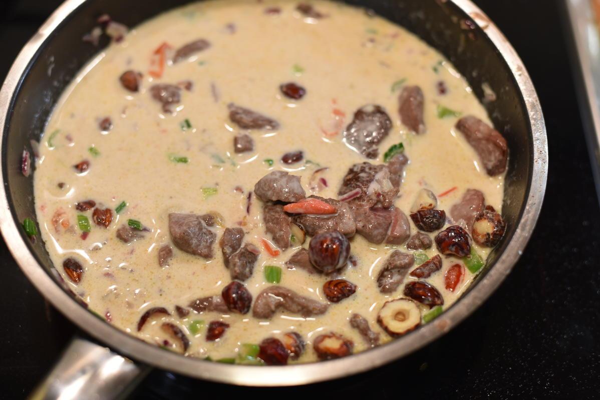 Mit Weißwein ablöschen. Anschließend das Fleisch hinzugeben und mit Sahne aufgießen (Quelle: Kapuhs/DJV)