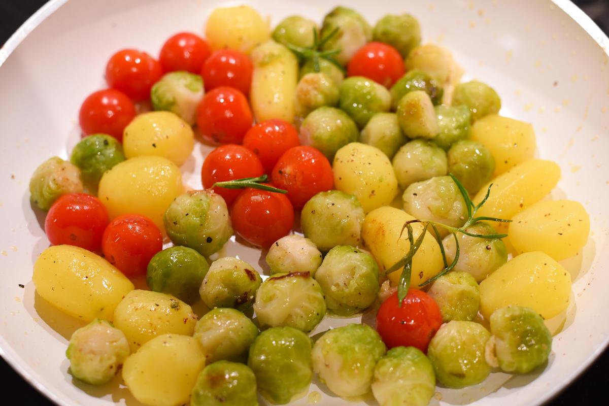 Rosenkohl blanchieren, Kartoffeln vorkochen und anschließend mit den Kirschtomaten anrösten. (Quelle: Kapuhs/DJV )