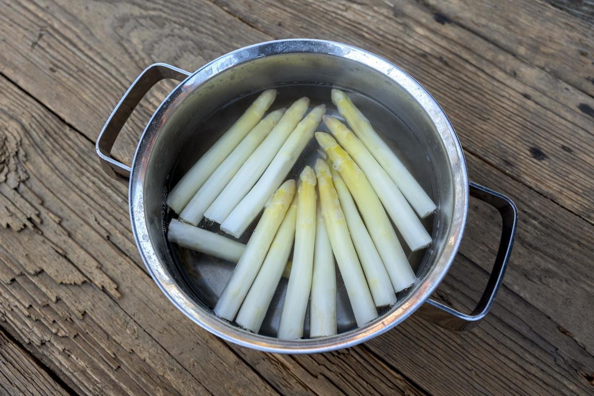 Den Spargel für etwa 15 Minuten kochen. Dieser sollte noch leicht bissfest sein.  (Quelle: Dorn/DJV)