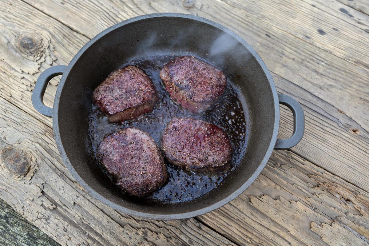 Rotwildsteak salzen und pfeffern und in der Pfanne bei starker Hitze von beiden Seiten jeweils zwei Minuten anbraten. (Quelle: Dorn/DJV)